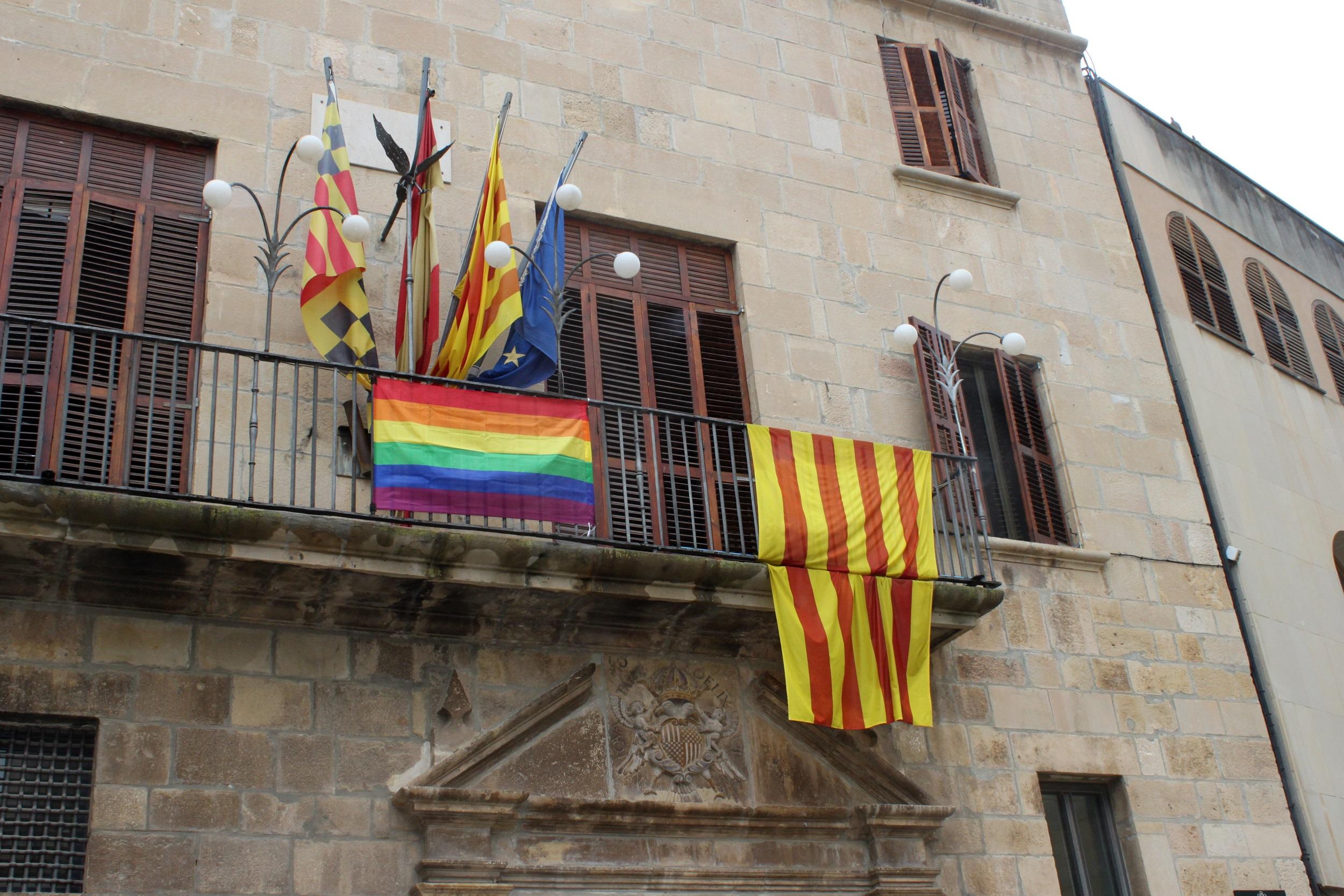 L'Ajuntament de Tàrrega posa la bandera arc iris al balcó com a expressió de suport a la igualtat de tracte de les persones LGTBI