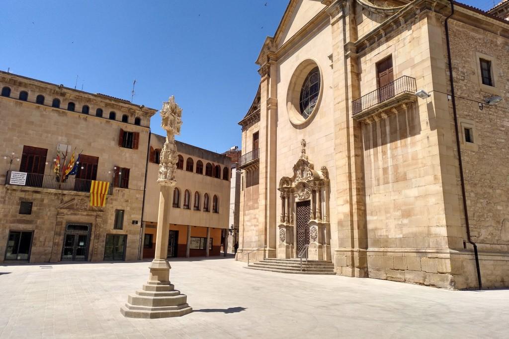 Creu de terme ubicada a la plaça Major de Tàrrega, espai recentment remodelat