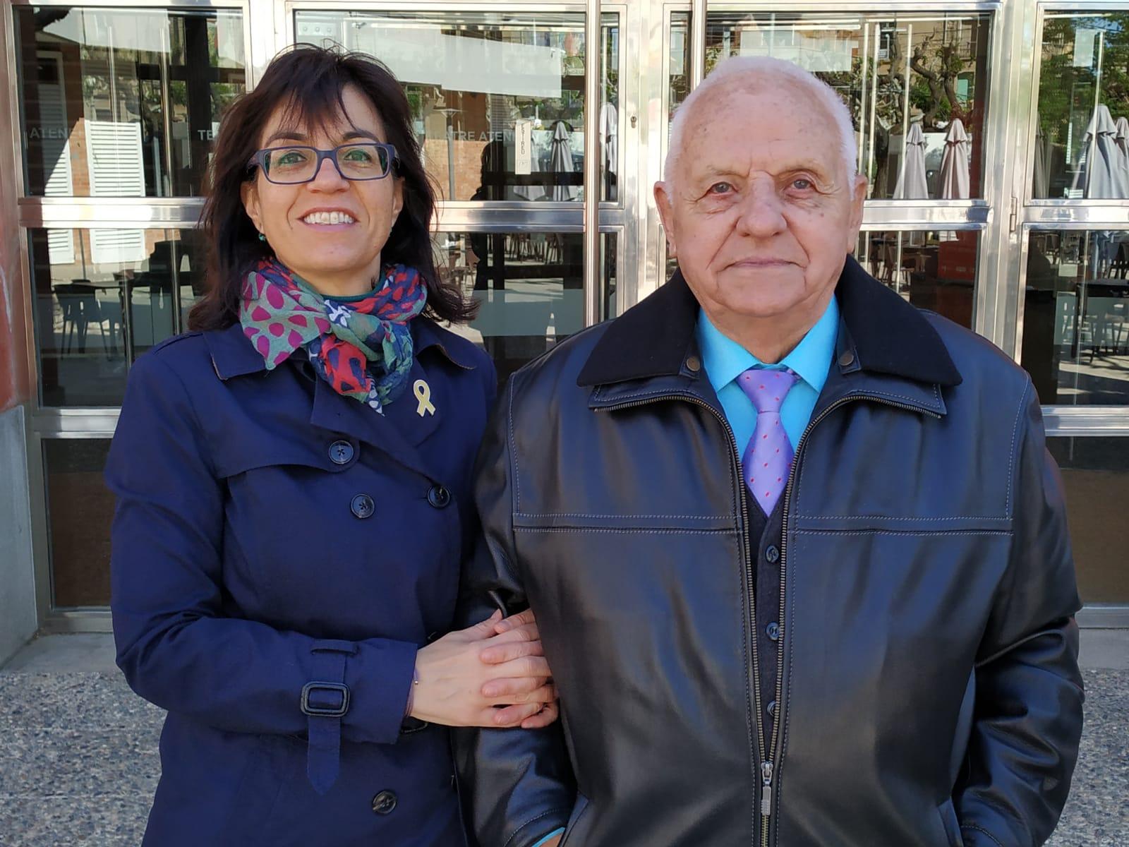 Alba Pijuan agafa el testimoni de Ramon Vallverdú, el primer regidor d'ERC a l'Ajuntament de Tàrrega