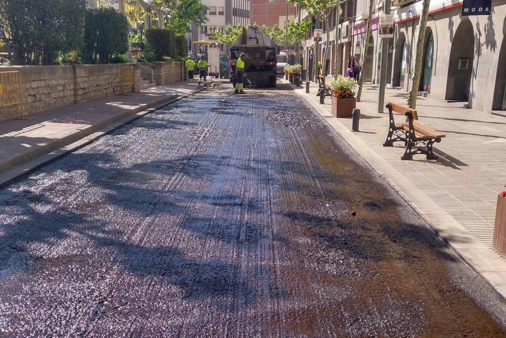 Treballs de renovació de l'asfalt a la plaça del Carme de Tàrrega, avui dijous (1)