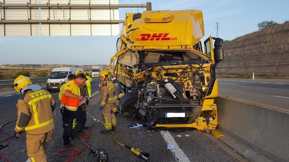 Un ferit greu i un de lleu en un accident entre dos camions a l'A-2 a Cervera