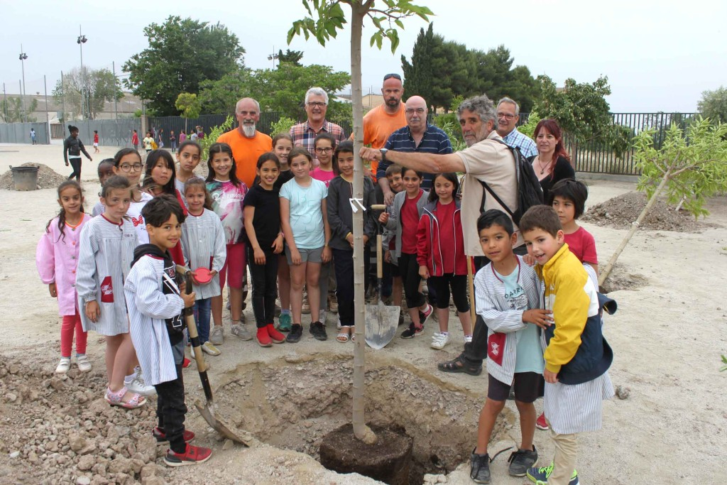 Alguns dels infants que han participat avui a la plantada d'arbres a Tàrrega