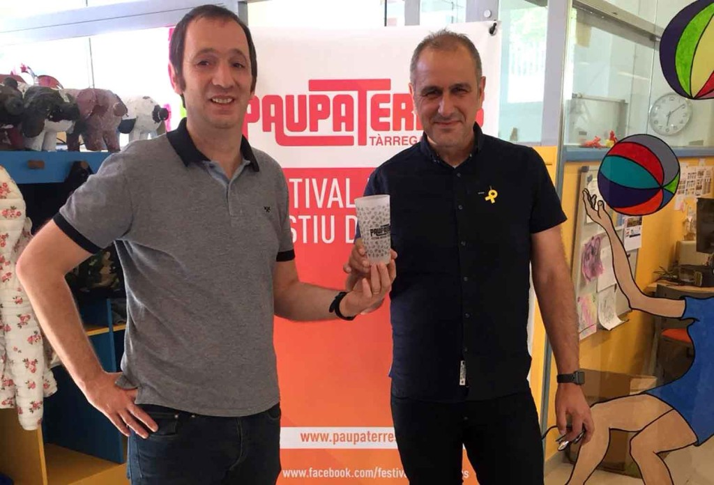 Marc Calderó, de l'Associació Paupaterres, i Joan Palou, regidor d'Acció Social, amb el Got Solidari
