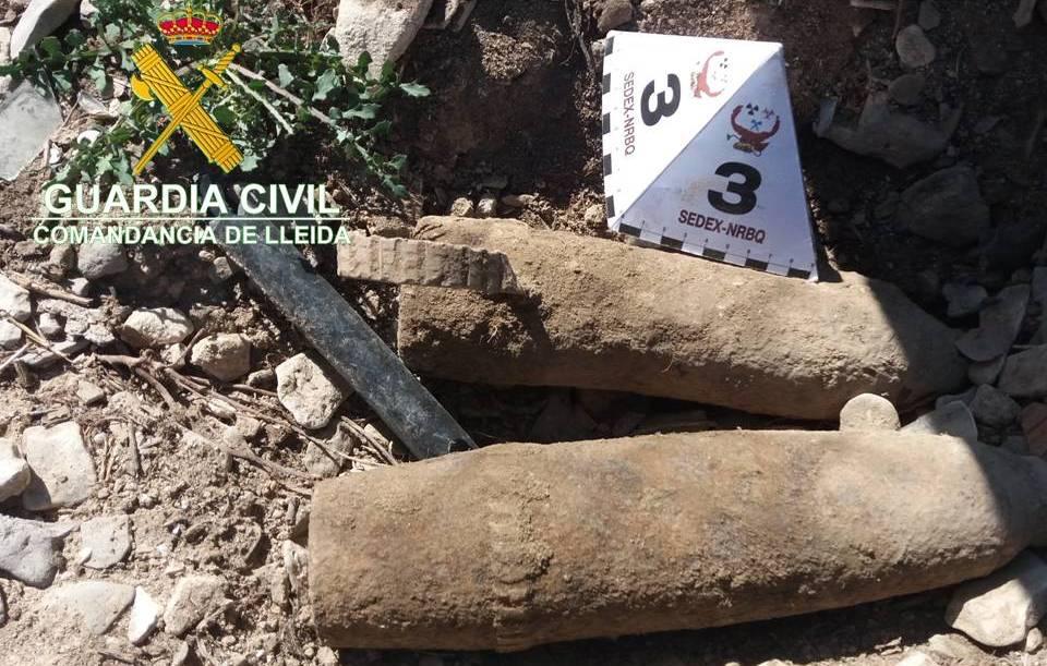 Imatge dels dos projectils d'artilleria localitzats a Tàrrega i que van ser destruïts per la Guàrdia Civil, el 19 de juny del 2019. (Horitzontal)
