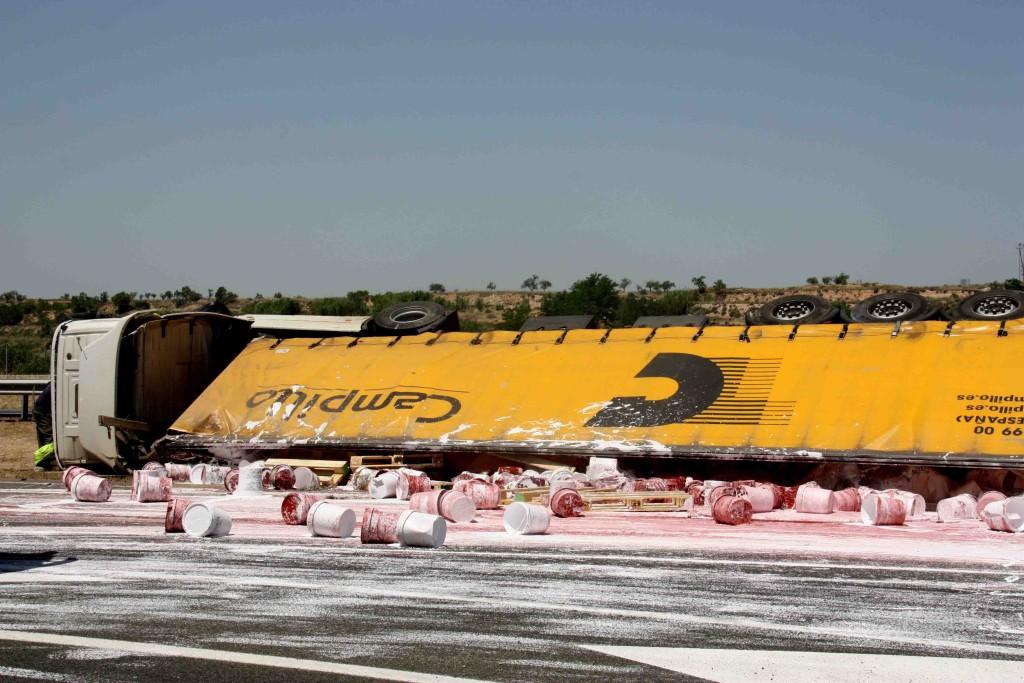 Pla general del camió que transportava pots de pintura i que ha bolcat a l'autovia A-2 a Vilagrassa (Urgell) després d'un accident on s'hi han vist dos camions més implicats, el 28 de juny de 2019 (Horitzontal).