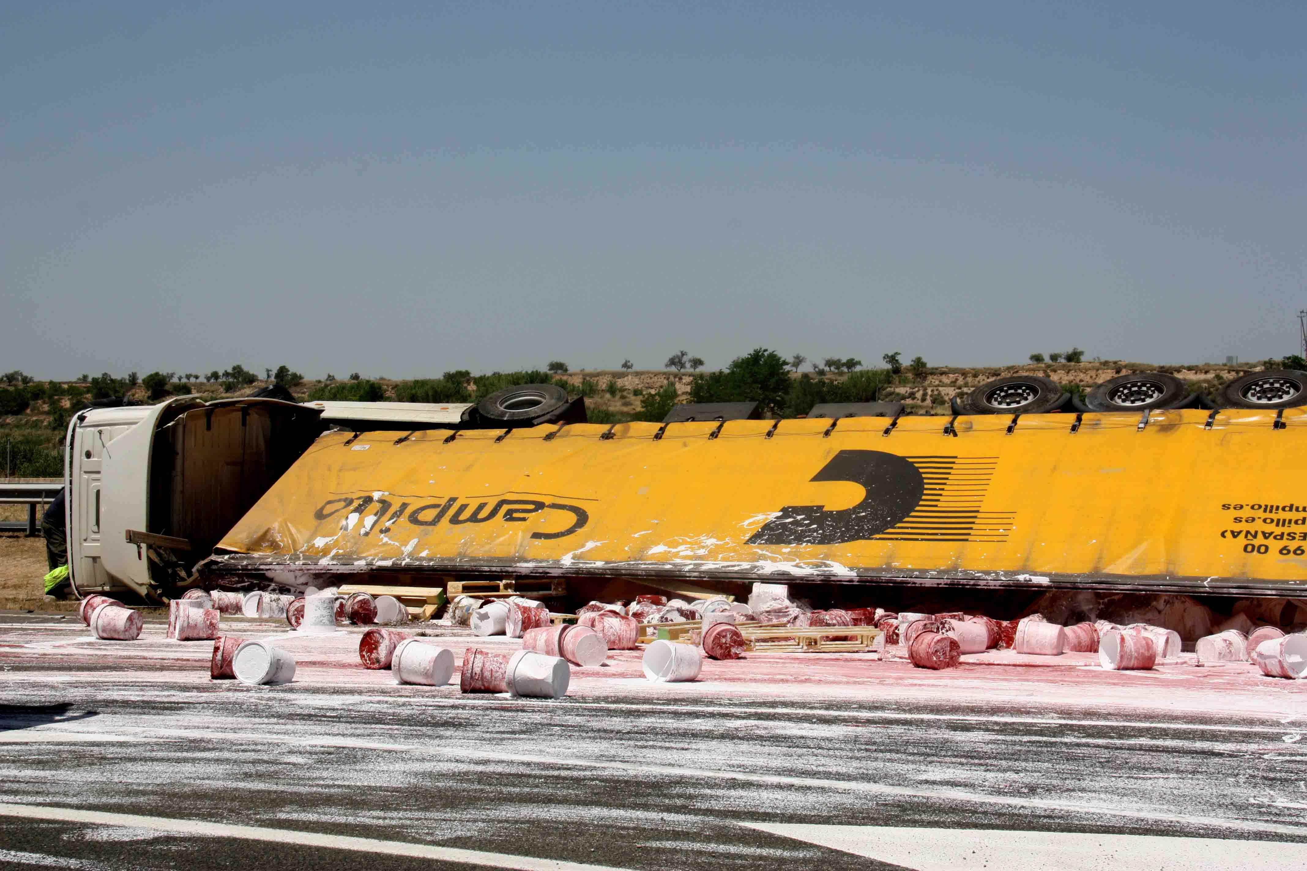 Un accident amb tres camions implicats talla l'A-2 al seu pas per Vilagrassa i en sentit Barcelona