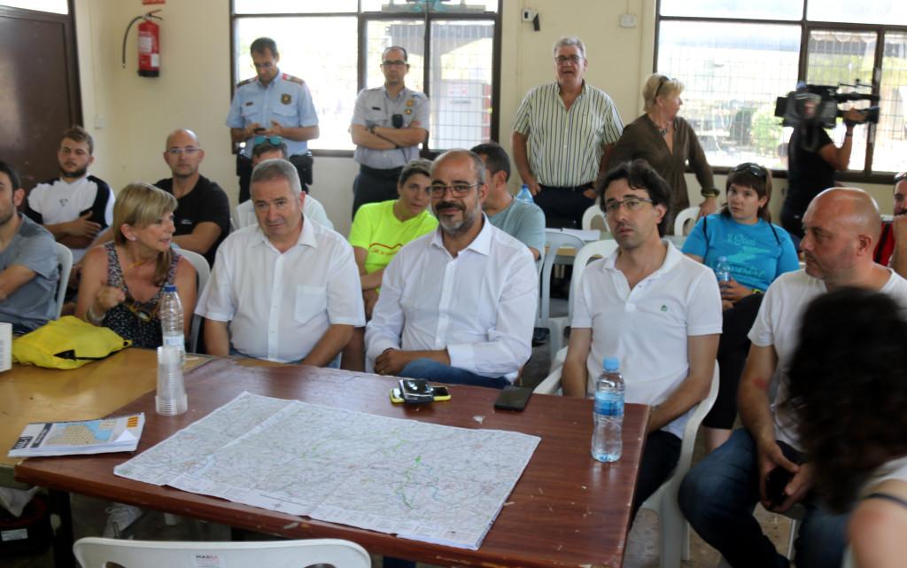 El conseller d'Interior, Miquel Buch, es reuneix amb els alcaldes de la zona afectada per l'incendi de la Ribera d'Ebre al centre operatiu, a les 10 hores del 29 de juny del 2019. (Horitzontal)