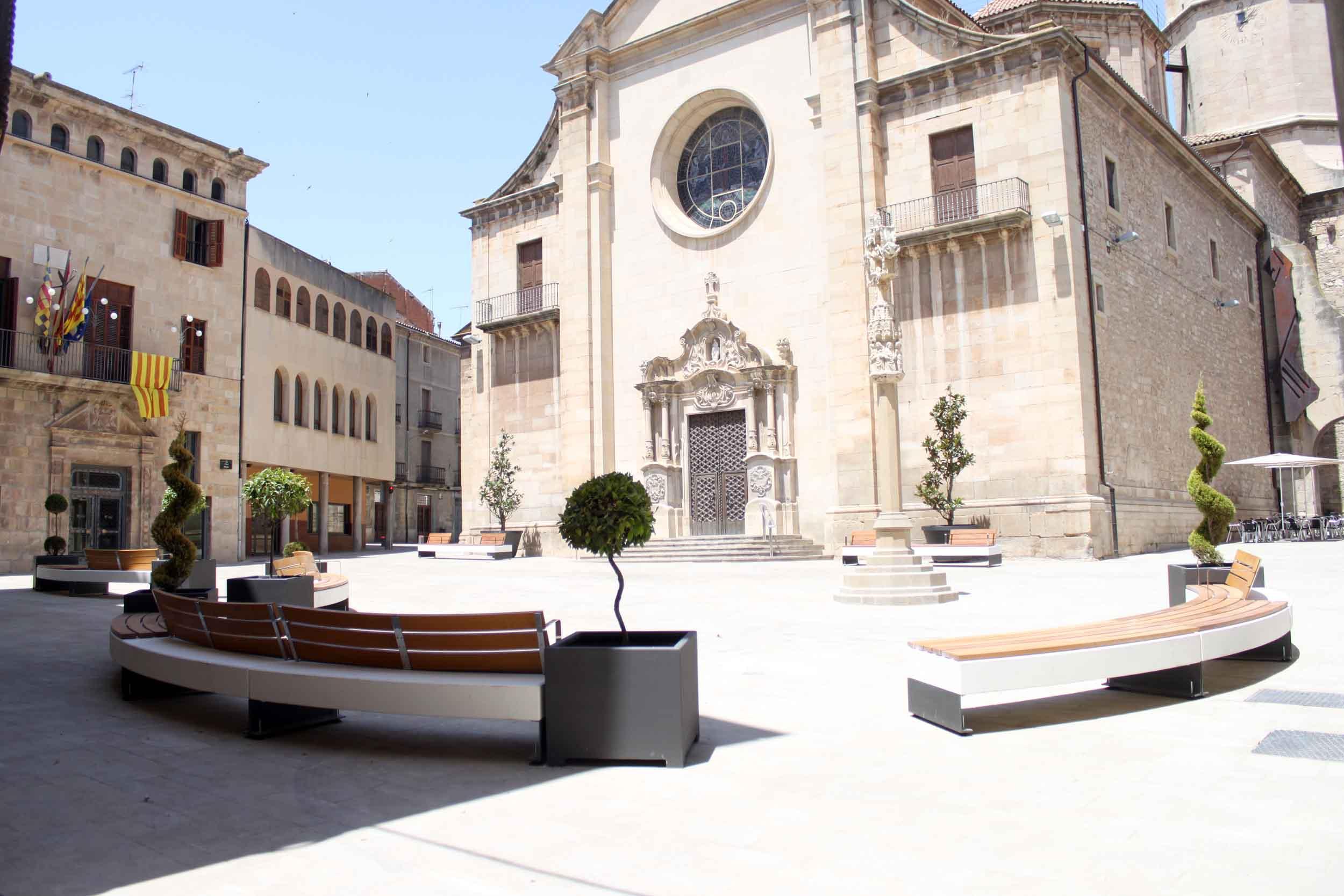 La plaça Major de Tàrrega llueix nou mobiliari urbà