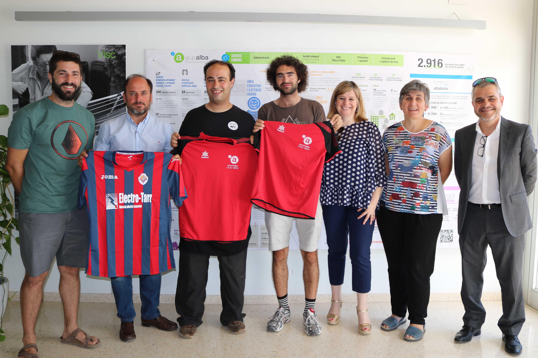 """Conveni entre la UE Tàrrega, """"la Caixa"""" i el Grup Alba per fomentar l'accés al camp de futbol a les persones amb d'altres capacitats"""