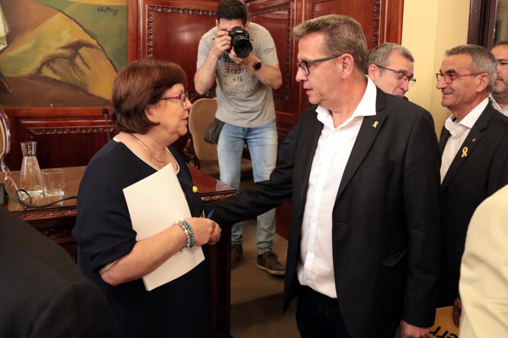 Pla mitjà de la presidenta en funcions de la Diputació de Lleida, Rosa Maria Perelló, i el previsible nou president de l'ens, Joan Talarn, abans del darrer Ple del mandat, el 9 de juliol del 2019. (Horitzontal)