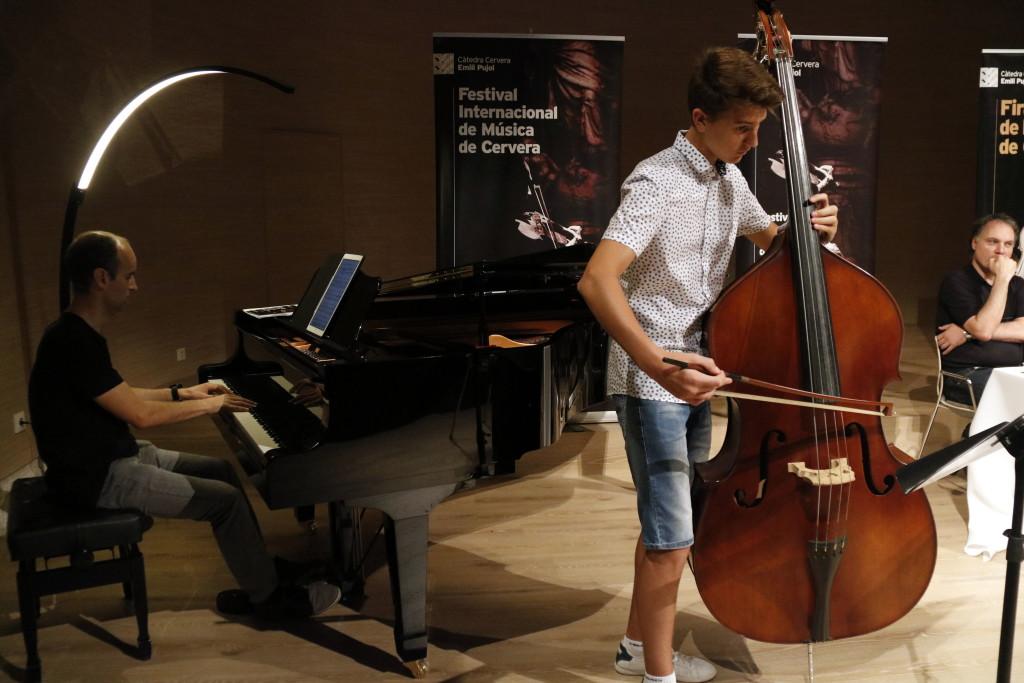 Pla obert on es pot veure un moment de l'actuació musical d'un piano i contrabaix en el marc de la presentació de la 39a edició de la Càtedra Emili Pujol de Cervera, el 16 de juliol de 2019. (Horitzontal)