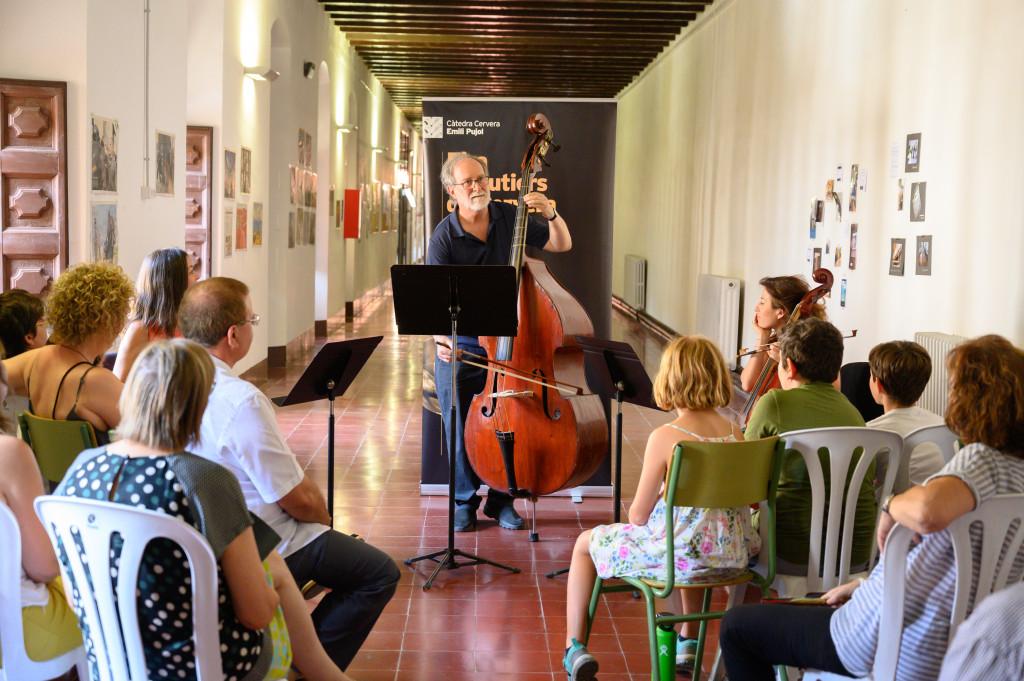 Pla obert on es pot veure un moment del concert amb el contrabaix Agustí Altimira a la XVI Fira de Lutiers de Cervera, el 23 de juliol de 2019. (Horitzontal)