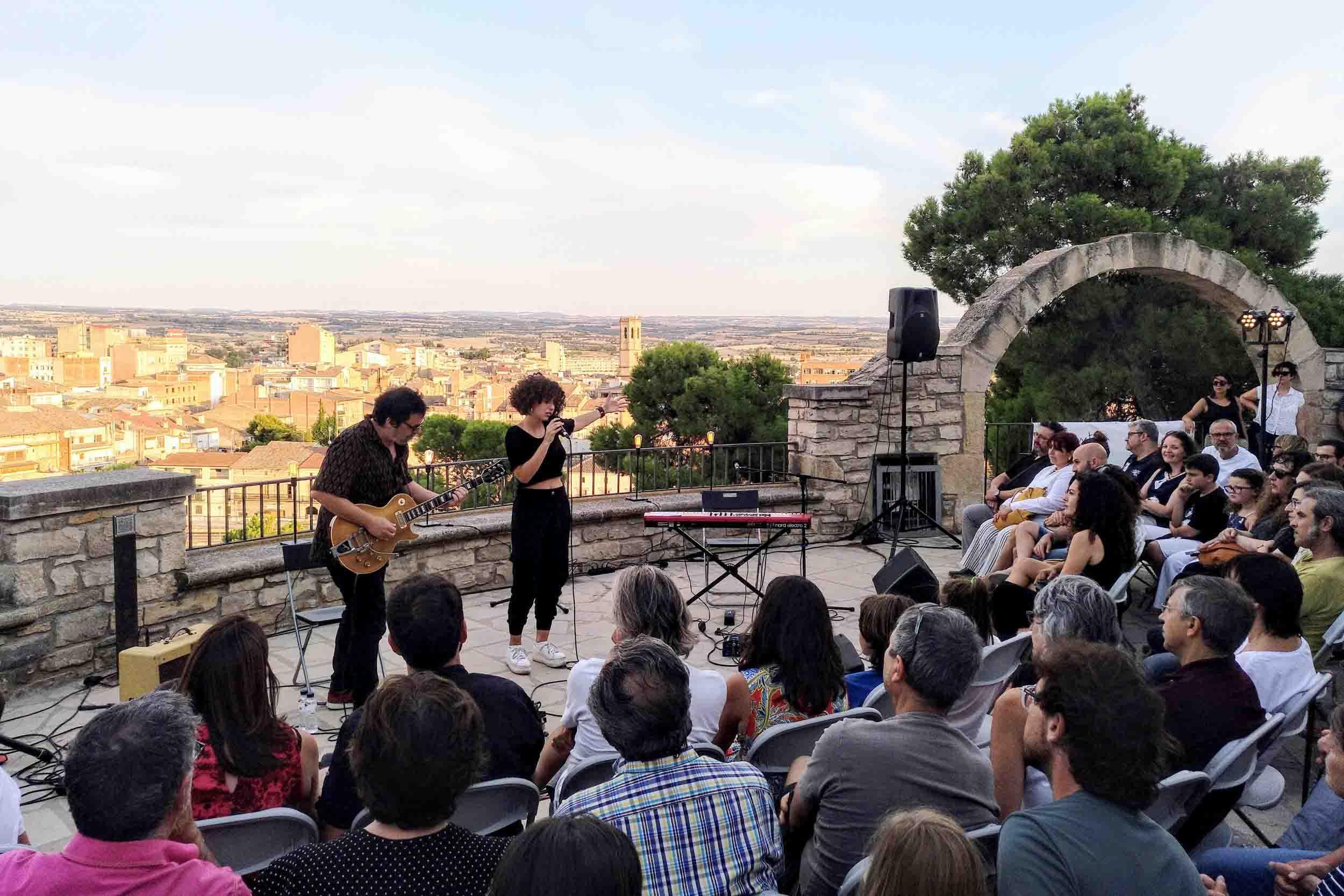 """Paula Valls encisa el públic en el primer concert de """"Terrats en Cultura"""" a Tàrrega, celebrat a la miranda del Parc de Sant Eloi"""