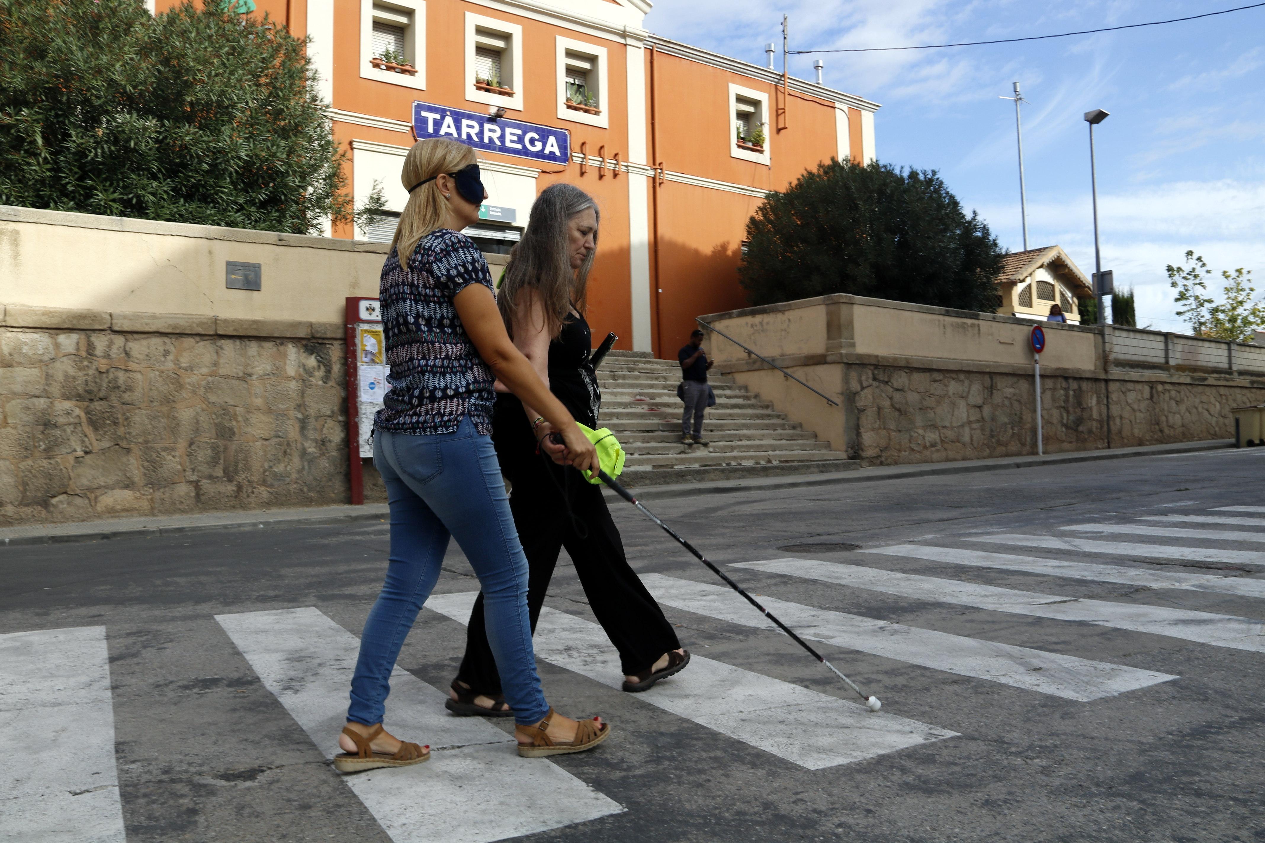 Tècnics municipals i polítics de Tàrrega es posen a la pell de persones amb discapacitats per fer una diagnosi dels obstacles urbans