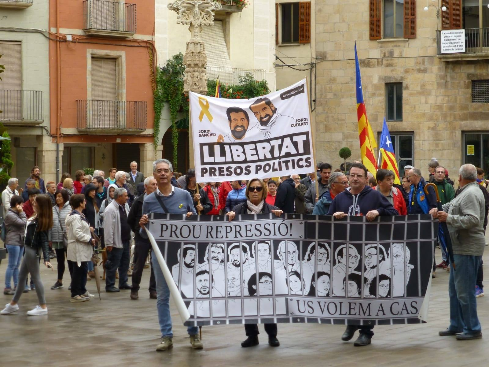 200 persones es manifesten a Tàrrega sota la pluja quan fa 2 anys de l'ingrés a presó de Jordi Cuixart i Jordi Sánchez.