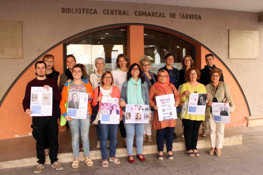 Representants de les entitats impulsores de la iniciativa davant la Biblioteca Comarcal de Tàrrega