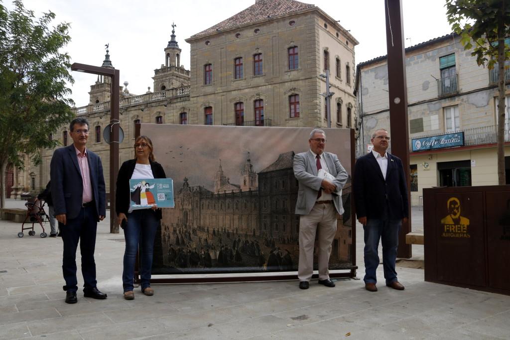 Pla mitjà on es pot veure un moment de la presentació de l'app 'A peu de museu', al davant de la Universitat de Cervera, el 7 d'octubre de 2019. (Horitzontal)