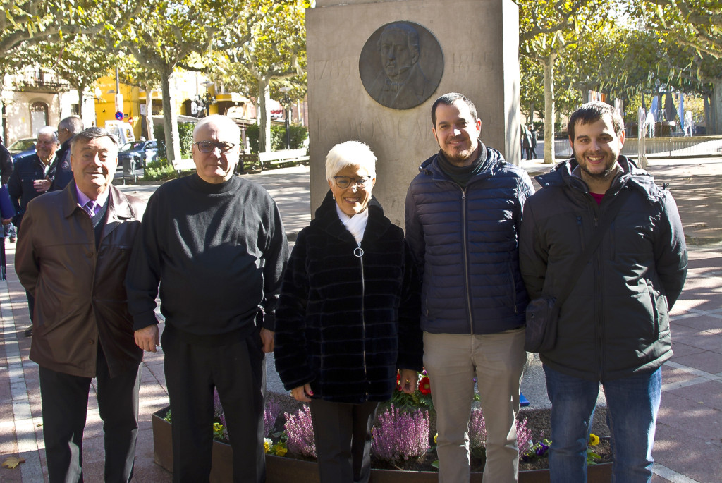 Acte davant el monument a Ramon Carnicer · Foto Josep Maria Martí Carnicer