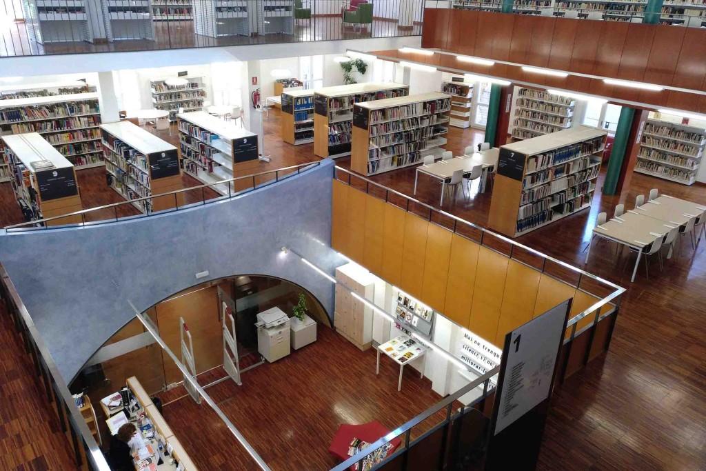 Imatge de la sala principal de la Biblioteca Comarcal de Tàrrega, amb la nova senyalització