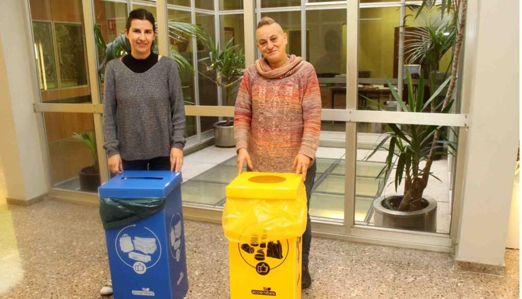 La regidora de Serveis Municipals i Medi Ambient, Teresa Sala, i la tècnica de Medi Ambient, Anna Perelló, amb dos dels contenidors distribuïts avui a la Casa Consistorial de Tàrrega