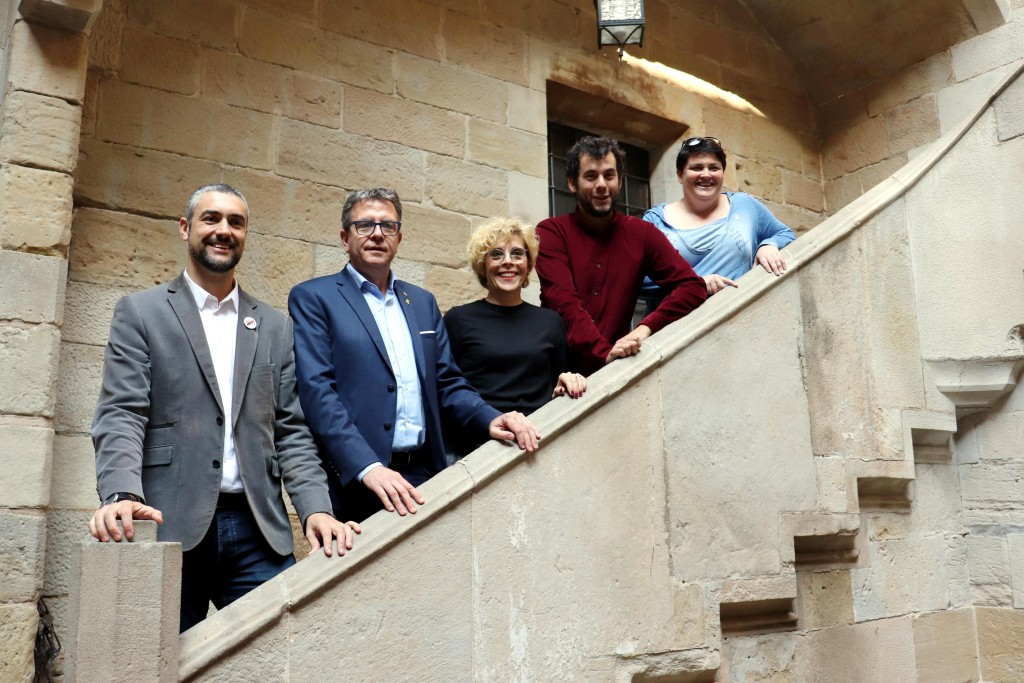 El president de la Diputació de Lleida, Joan Talarn, amb la vicepresidenta de l'IEI, Estefania Rufach; l'alcalde d'Agramunt, Bernat Solé; el director de la Fundació 'Lo Pardal', Pau Minguet, i Teresa Ibars, a l'IEI, el 31 d'octubre del 2019. (Horitzontal)