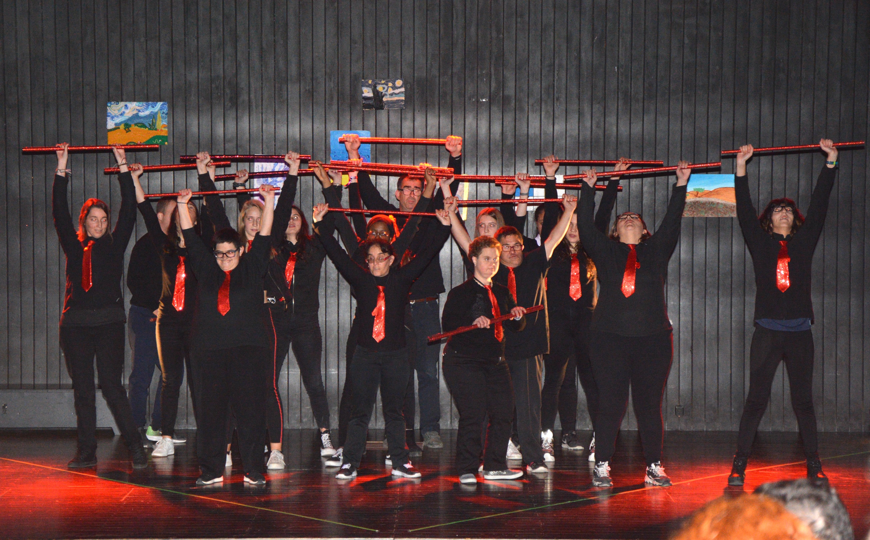 Persones del Grup Alba participen al festival de l'Escola Vedruna amb un ball inclusiu amb alumnes del centre