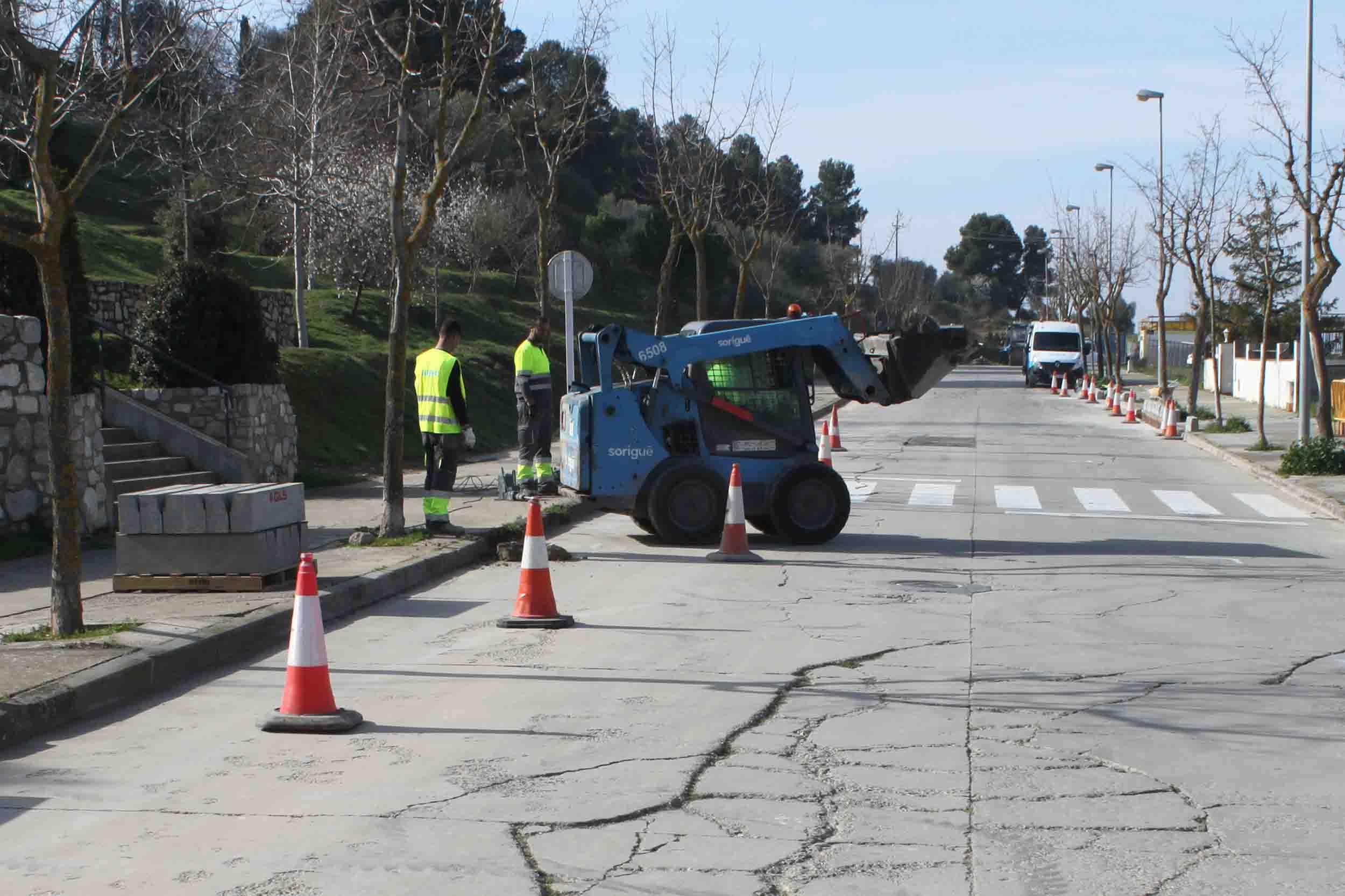 Renoven  el paviment del carrer de Les Oliveres, situat a la falda del Parc de Sant Eloi