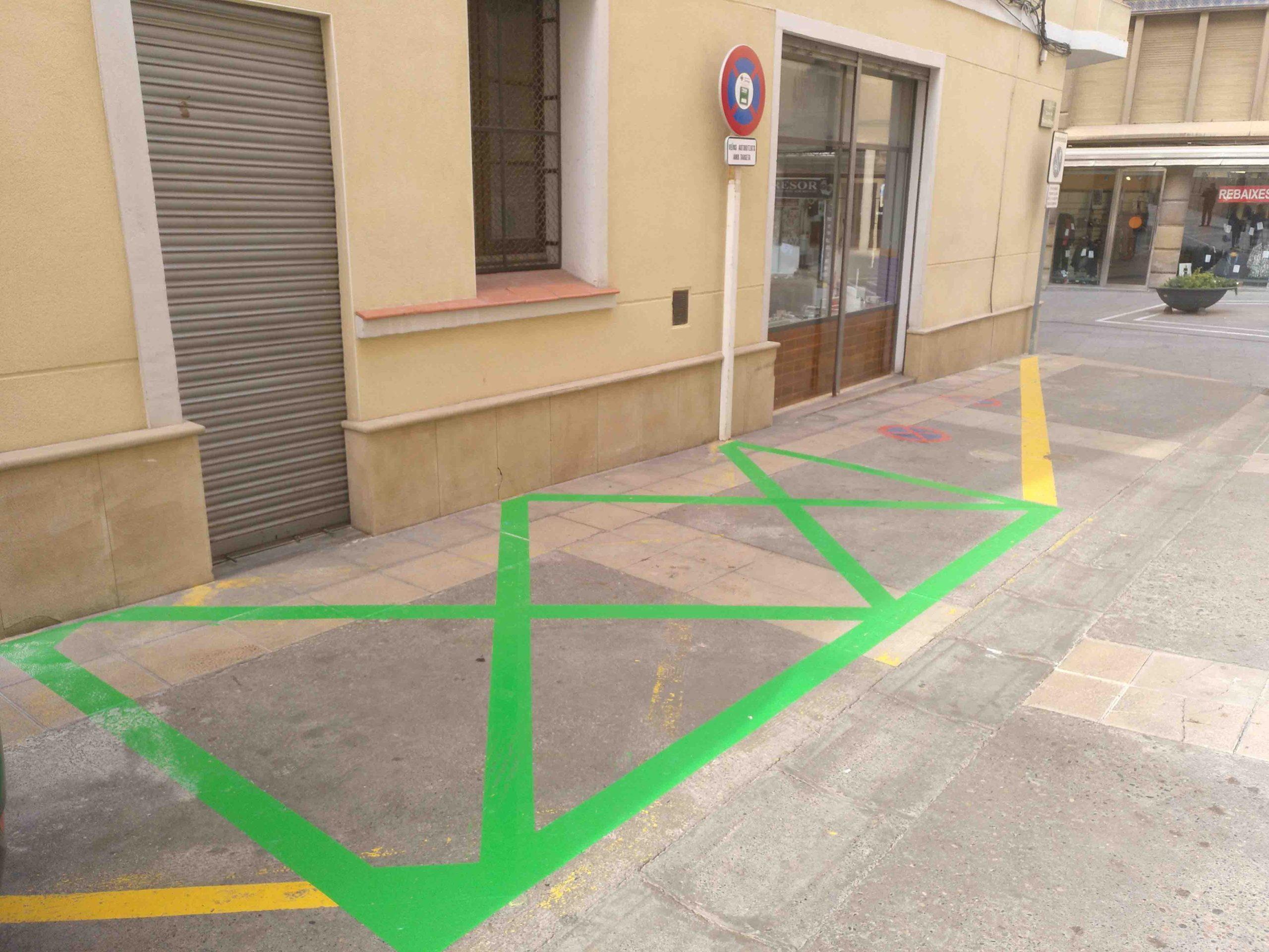 Habiliten  dos  llocs d'estacionament amb una durada màxima de 10 minuts per a veïns residents als carrers vianalitzats del centre