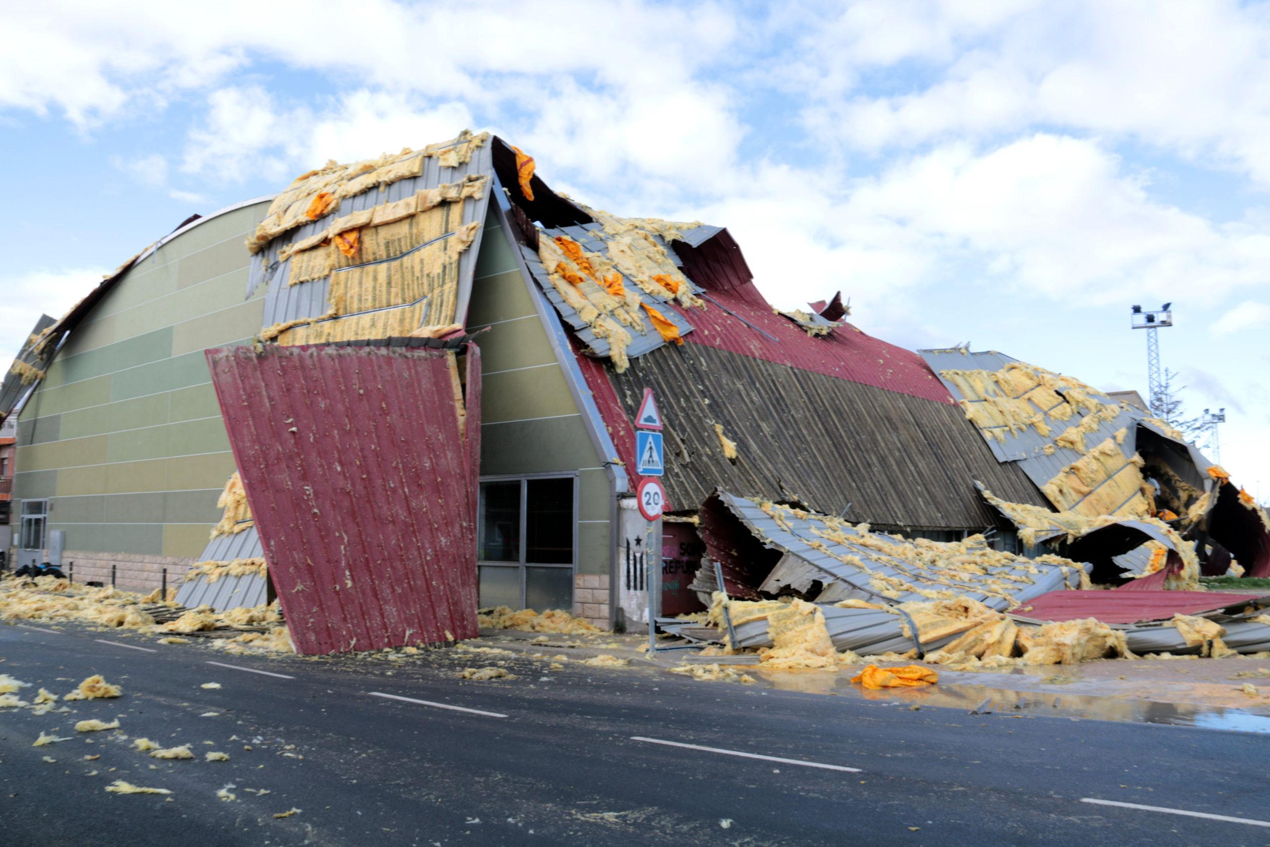 El vent arrenca part de la coberta del pavelló poliesportiu de Cervera