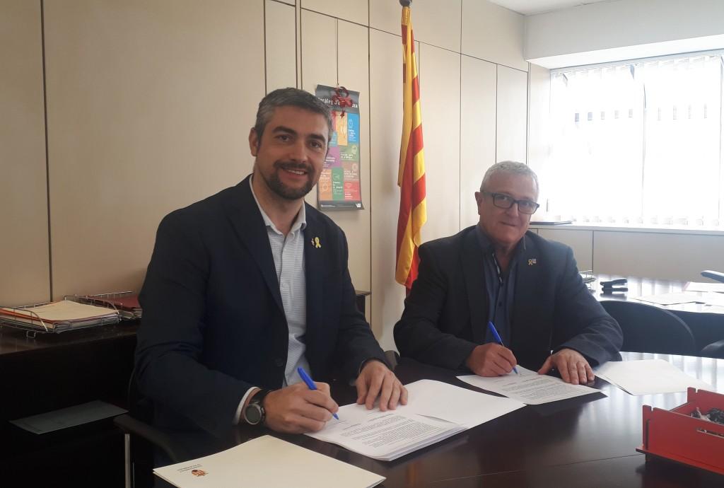 Bernat Solé i Ramon Simon signant el conveni.