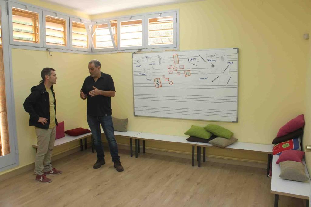 El regidor d'Educació, Xavier Rossell-Aparicio, atén les explicacions del director de l'EMMT, Joan Clavé