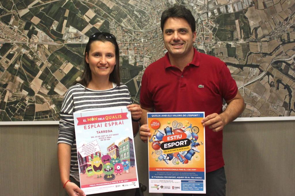 El regidor de l'Àrea de Polítiques de la Ciutadania, Jaume Folguera, i la coordinadora dels casals d'estiu, Clara López, mostren els cartells de les activitats