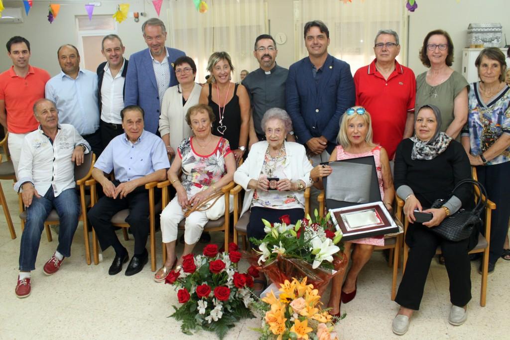 Foto de grup de la Trinidad amb les autoritats i representants que li han tributat l'homenatge a Tàrrega