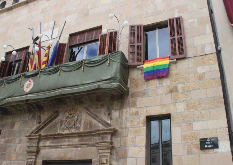 L'Ajuntament de Tàrrega posa la bandera multicolor amb motiu del Dia Internacional contra la LGTBI-fòbia