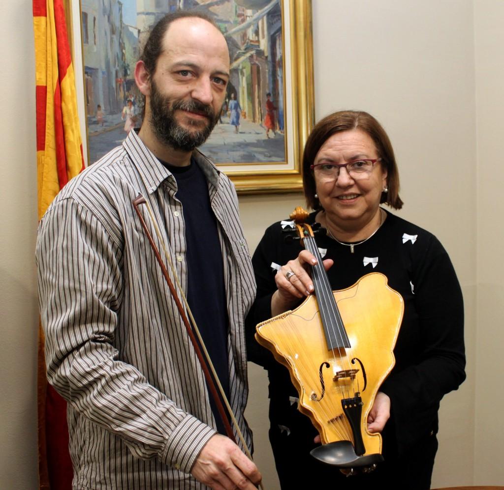L'alcaldessa de Tàrrega, Rosa Maria Perelló, i el luthier Ramon Elias