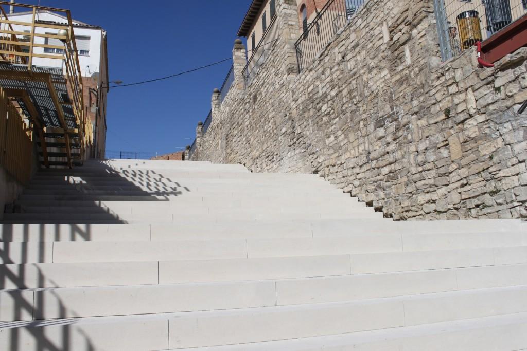 Nous esgraons de l'escalinata situada entre ambdós centres d'ensenyament