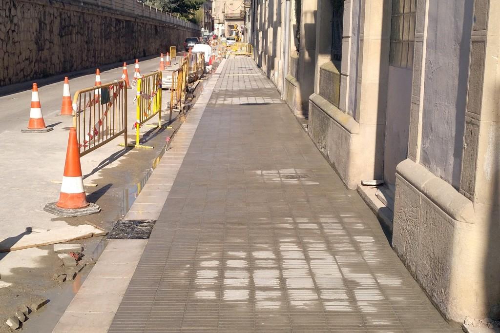 Obres al carrer del Segle XX, on s'instal·laran part de les noves pilones adquirides