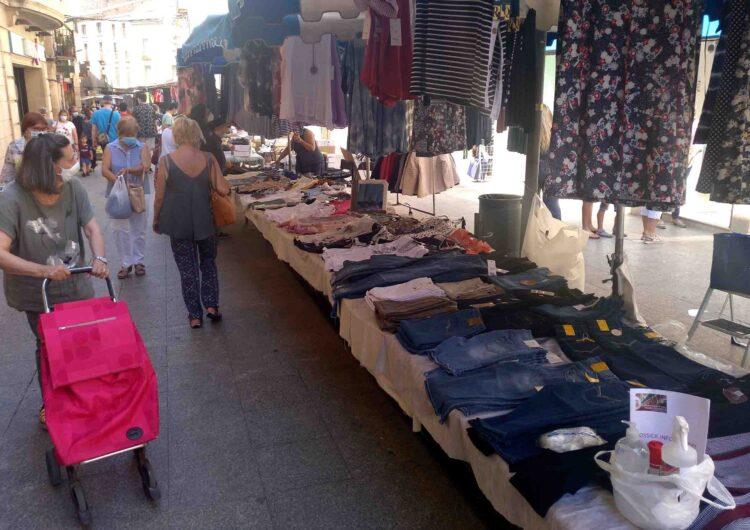 El mercat setmanal de Tàrrega recuper les parades de tèxtil, calçat i complements