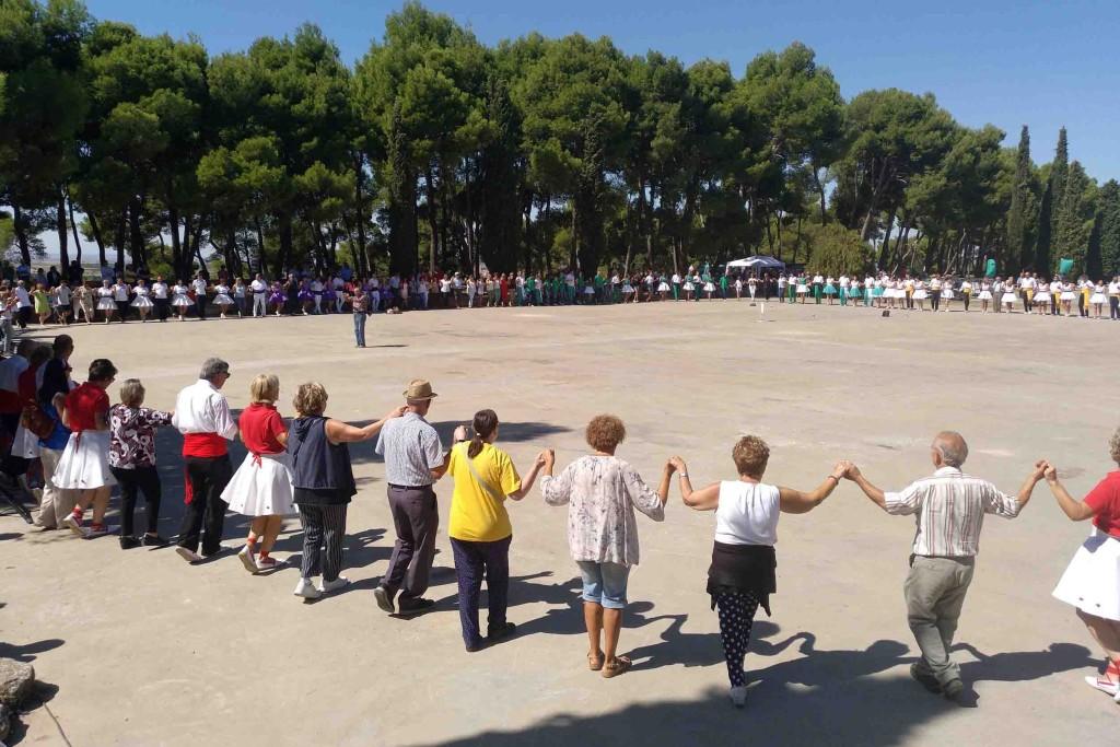 Rotllana de 200 dansaires en memòria de Núria Santiveri Roig