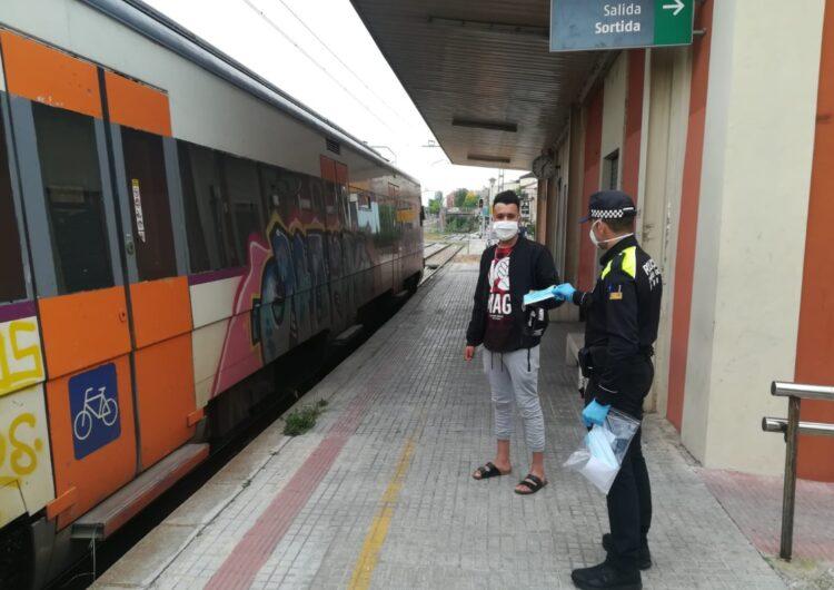 La Policia Local de Tàrrega reparteix mascaretes entre els usuaris del transport públic a les estacions de bus i tren