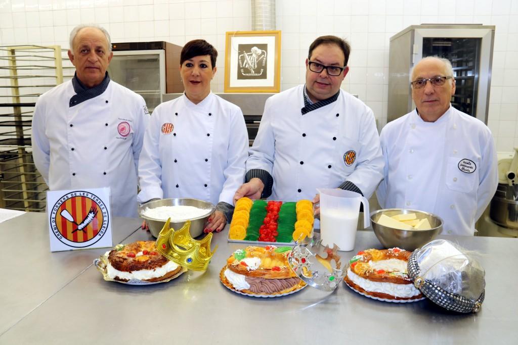 Representants dels gremis de forners i de pastissers de Lleida, mostrant  tres tortells de reis artesans. Imatge del 28 de desembre del 2017. (Horitzontal)