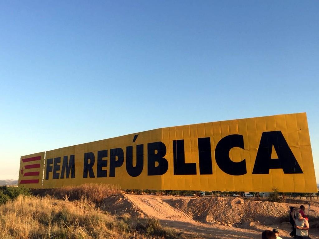 Pla general del mural amb el lema 'Som República' i una estelada que el CDR de Bellpuig va pintar el cap de setmana del 7 i 8 de juliol al municipi. (Horitzontal)