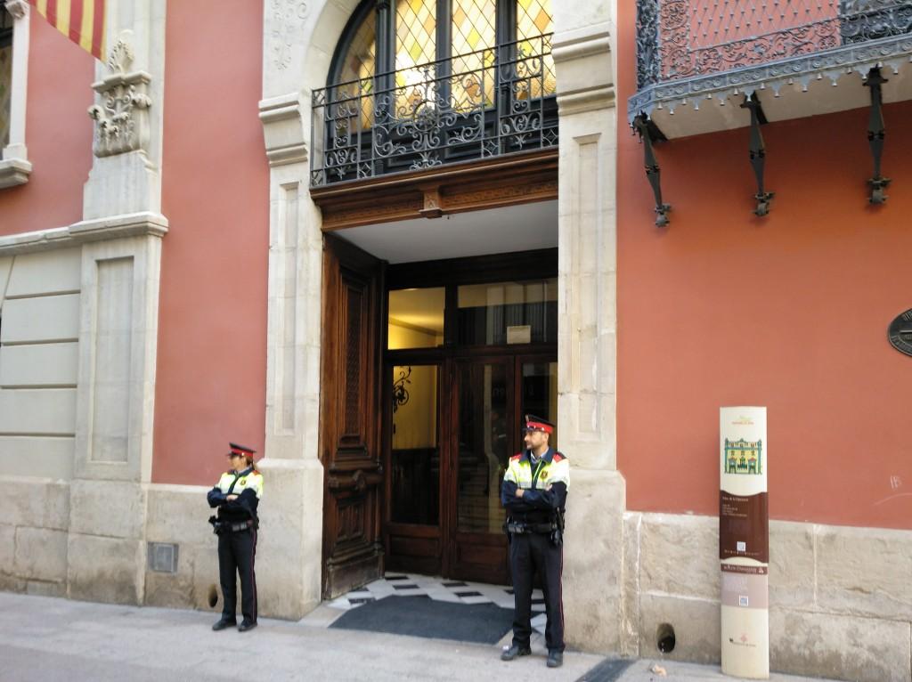 Mossos d'Esquadra custodiant la porta del Palau de la Diputació de Lleida durant el registre que estan portant a terme el 2 d'octubre del 2018 (horitzontal)