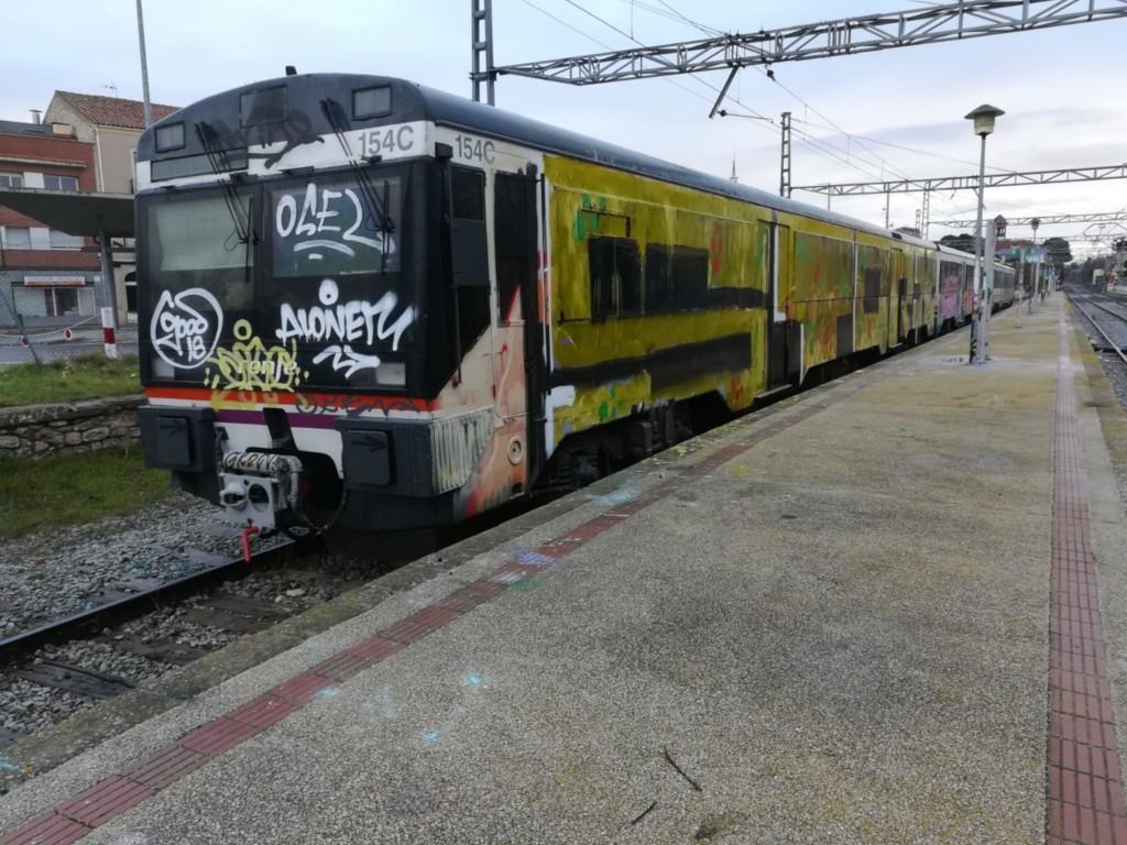 Tren pintat completament pels grafiters a l'estació de Cervera. Imatge del 25 de novembre del 2018. (Horitzontal)