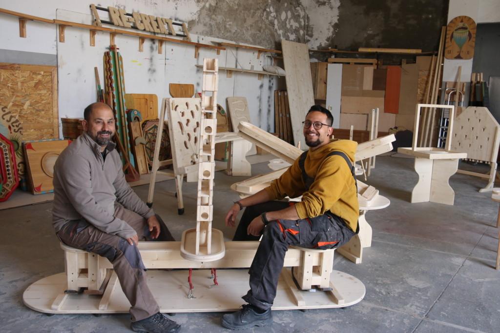 Diego Caicedo i Toni Tomàs, els encarregats d'elaborar artesanalment les estructures de fusta que aquest cap de setmana han viatjat finsa Noruega, al seu taller de Bellpuig. (Horitzontal)