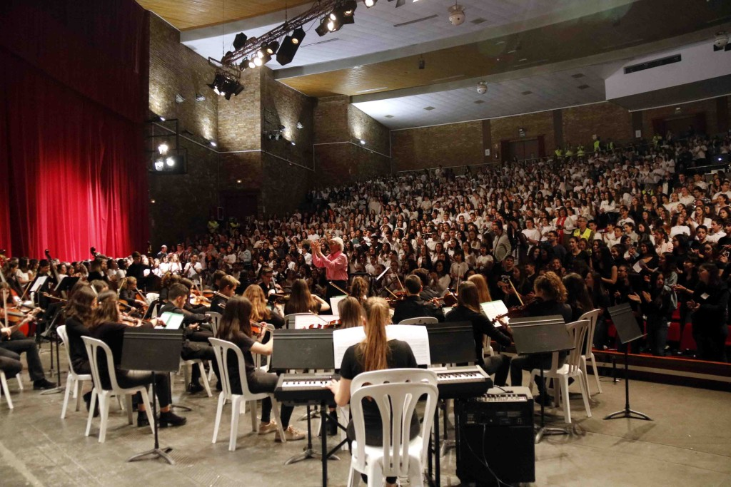 Pla general on es pot veure el Teatre de la Passió de Cervera des de l'escenari amb milers d'estudiants de secundària participant a la XXV Trobada de Corals de Secundària de Catalunya, el 9 de maig de 2019. (Horitzontal)