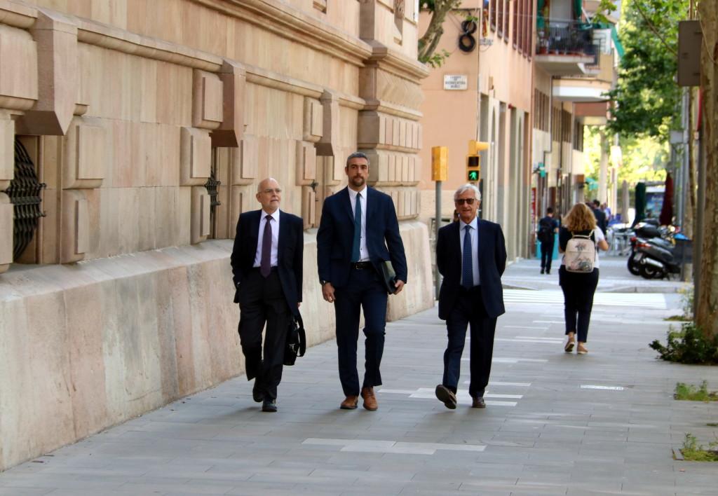 Pla general de l'alcalde d'Agramunt i portaveu adjunt d'ERC al Parlament, Bernat Solé, al mig, arribant al TSJC, el 4-6-19 (horitzontal).