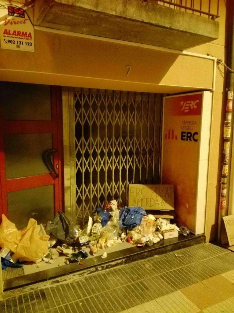 Escombraries davant la seu d'ERC de Tàrrega, dipositades pels CDR. 5 d'agost del 2019. (Vertical)