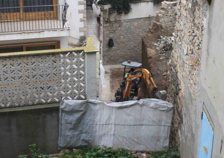Desenrunen les restes del mur que es desplomà el passat gener al Talladell