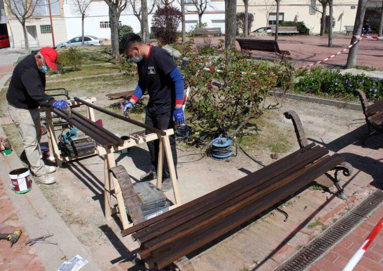 Inicien  la restauració dels bancs de fusta del municipi, un dels projectes més votats en els pressupostos participatius